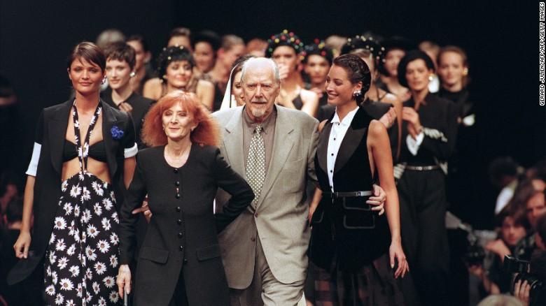 Sonia Rykiel con Helena Christensen, Christie Turlington y el director Robert Altman en su desfile de primavera-verano de 1994.