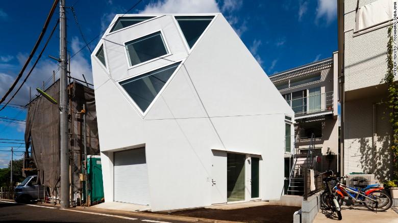 Este hogar en Tokio, diseñado por Atelier Tekuto, tiene la forma de un poliedro con el fin de proporcionar una enorme claraboya encima de la sala de estar.