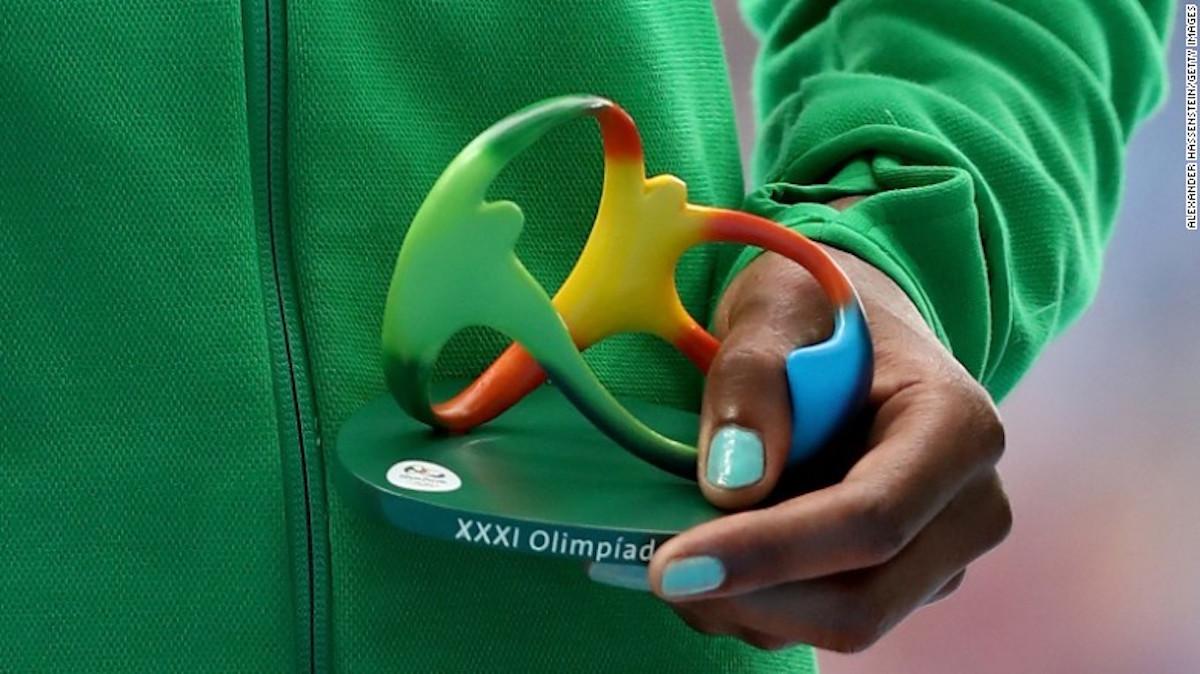 La deportista etíope Alma Ayana sostiene la estatuilla al recibir la medalla de oro de los 10.000 metros planes de atletismo.