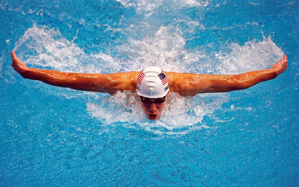 Michael Phelps durante su participación en los 200 metros mariposa en los Olímpicos de Sidney 2000. (Crédito: Ross Kinnaird /Allsport)