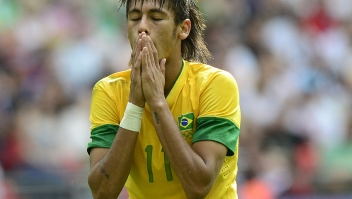 Brazil's forward Neymar reacts during the men's football final match between Brazil and Mexico at Wembley stadium during the London 2012 Olympic Games on August 11, 2012 in London. AFP PHOTO / DANIEL GARCIA (Photo credit should read