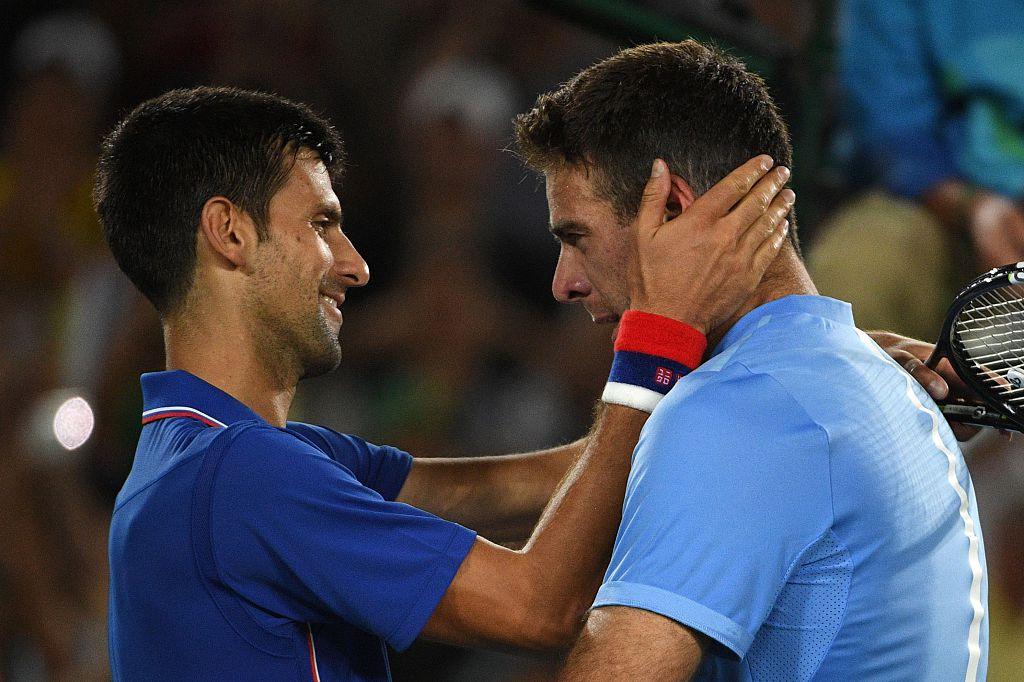 Juan Martin del Potro habla con Novak Djokovic luego del encuentro (Crédito: ROBERTO SCHMIDT/AFP/Getty Images)