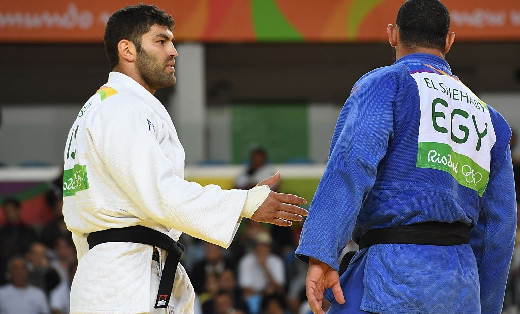 TOPSHOT - Israel's Or Sasson (white) competes with Egypt's Islam Elshehaby during their men's +100kg judo contest match of the Rio 2016 Olympic Games in Rio de Janeiro on August 12, 2016. / AFP / Toshifumi KITAMURA (Photo credit should read TOSHIFUMI KITAMURA/AFP/Getty Images)