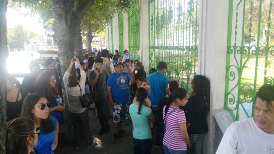 Un grupo de personas se acercó este domingo a la casa del cantante mexicano Juan Gabriel que falleció en Santa Mónica, California.