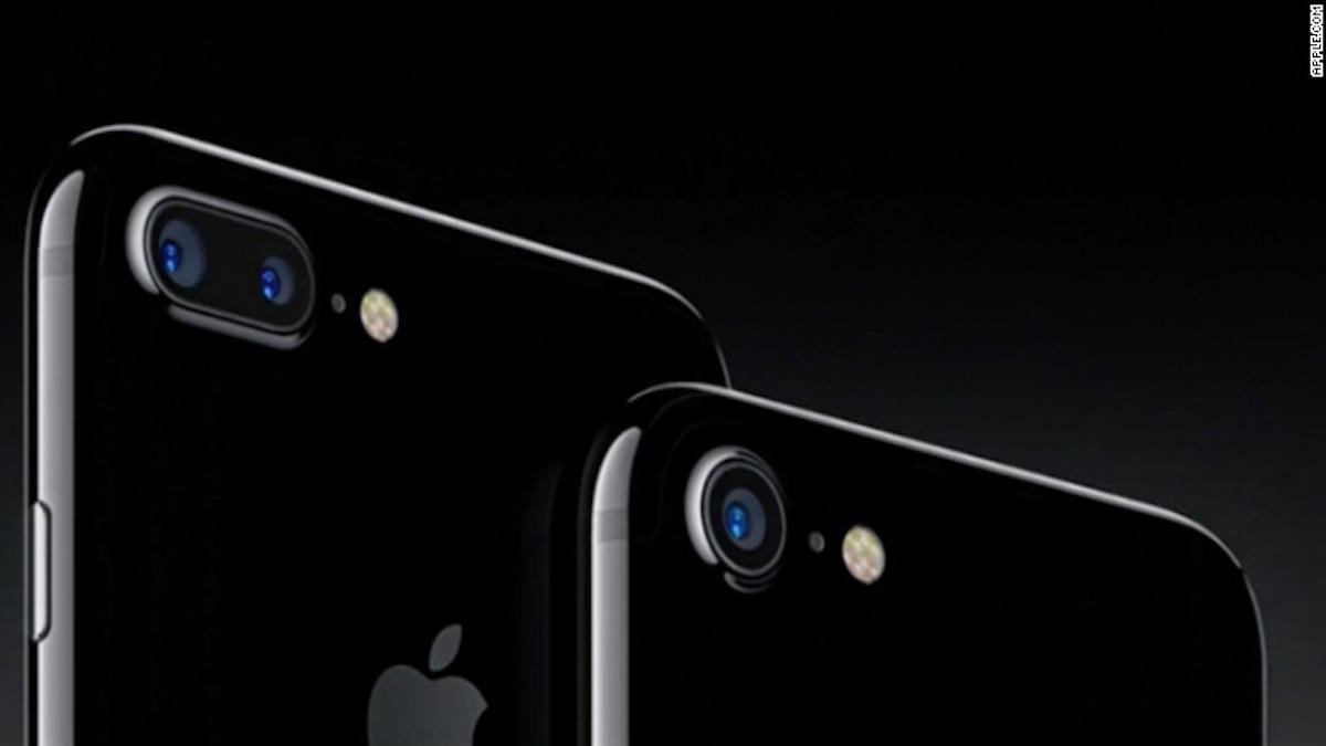 Los nuevos iPhone 7 y iPhone 7 Plus son resistentes al agua, vienen en distintos tonos de negro y tienen cámaras mejoradas (Crédito: Apple)