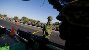 Soldados mexicanos hacen guardia en un punto de control en la carretera que une a Navolato y Los Mochis, en el norte de Sinaloa, el 29 de enero de 2012. (Crédito: ALFREDO ESTRELLA/AFP/Getty Images/Archivo)