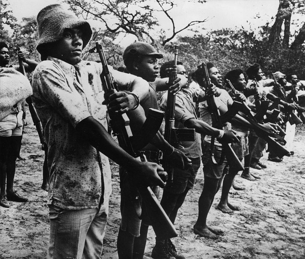 Miembros de la guerrilla de la UNITA durante la guerra civil de Angola. (Crédito: Cloete Breytenbach/Getty Images)