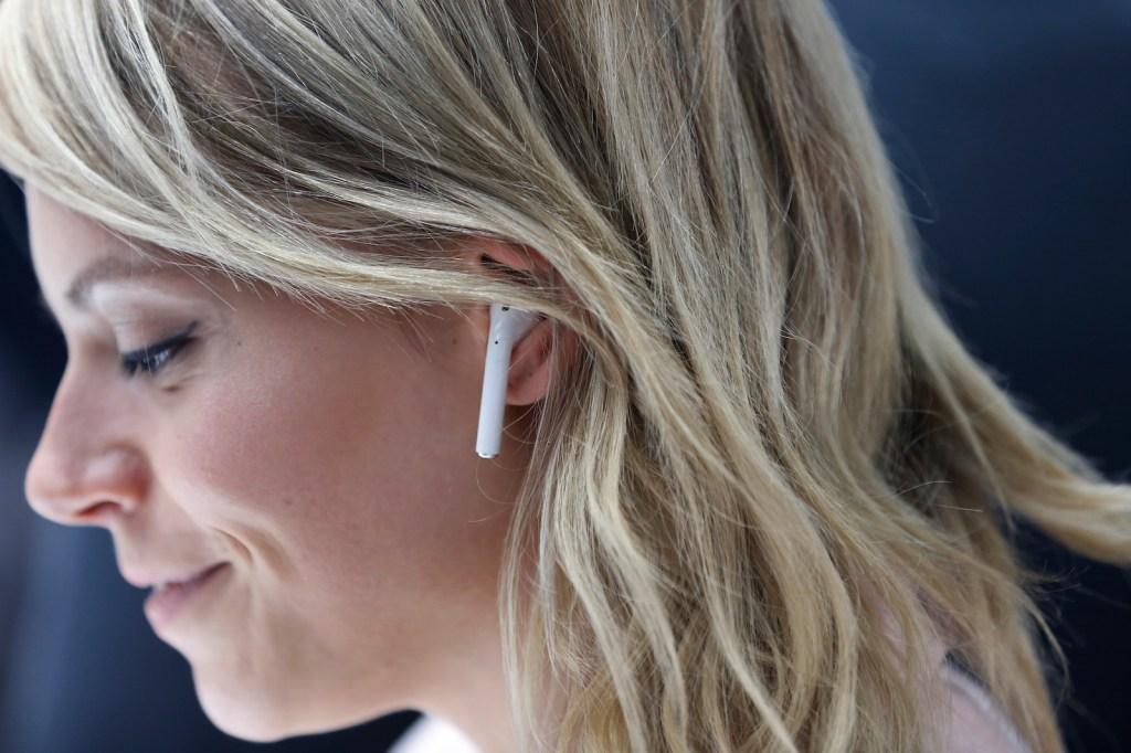 Apple presentó sus AirPods durante un evento de lanzamiento el 7 de septiembre de 2016 en San Francisco, California. Crédito: Stephen Lam / Getty Images.