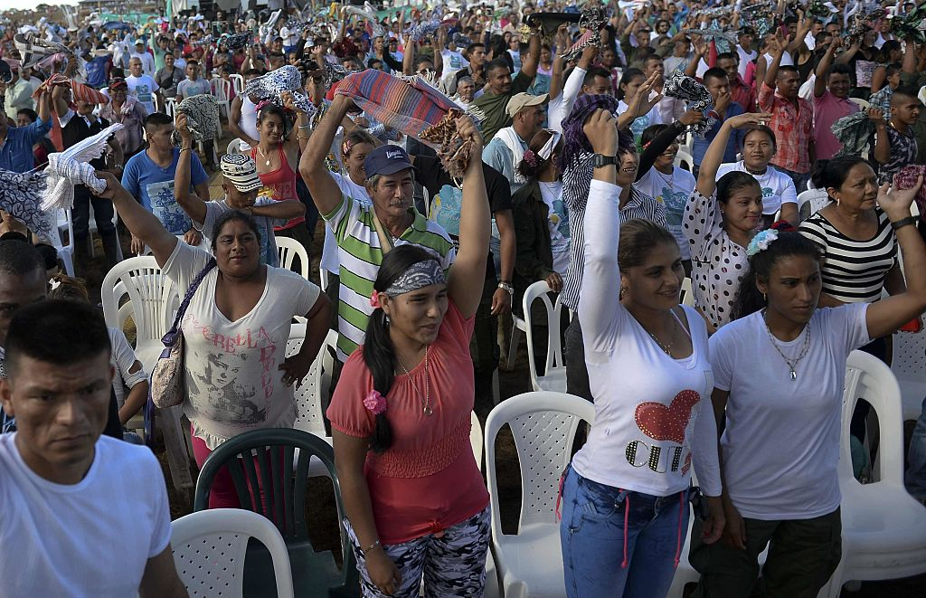 Miembros de las FARC asisten a la transmisión de la firma del acuerdo de paz en el campamento El Diamante en Caquetá. ( RAUL ARBOLEDA/AFP/Getty Images)