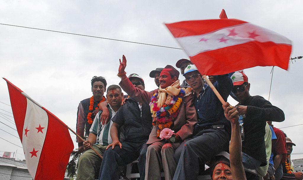 El líder del congreso de Nepal Nabindra Raj Joshi (centro) saluda al público en 2008 tras celebrarse la elección de la Asamblea Nacional en la que se cambiaría la Constitución de Nepal y se aboliría la monarquía de ese país. (Crédito: PRAKASH MATHEMA/AFP/Getty Images)