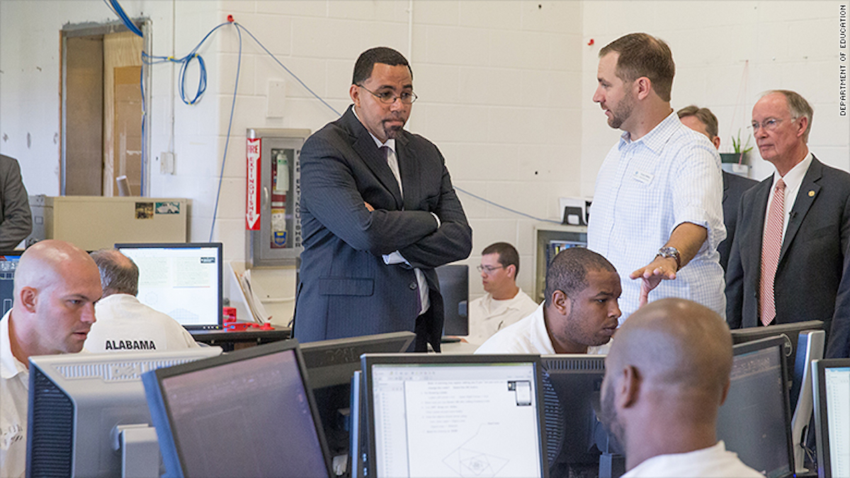 El secretario de Educación John King, a la izquierda, visitó un centro de educación para reos en la cárcel de Limestone, en Alabama.