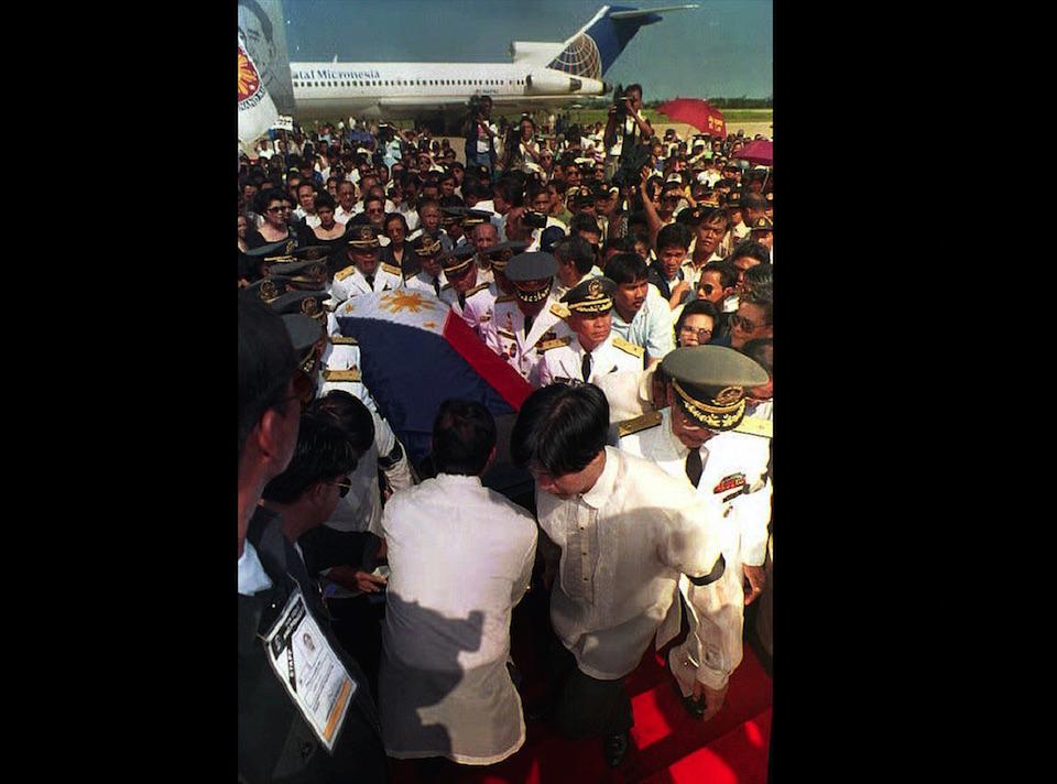 7 de septiembre de 1993. El féretro con los restos de Ferdinand Marcos, cubierto con la bandera de Filipinas, voló directamente desde Hawai a Laoag -en el norte de Filipinas-, como parte de las condiciones impuestas por el gobierno para admitir el cuerpo. (Crédito: ROMEO GACAD/AFP/Getty Images).