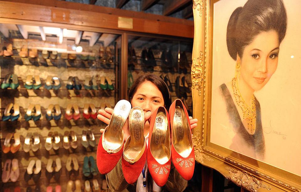 Una empleada del Museo del Zapato, de Manila, muestra algunos ejemplares de la colección de la exprimera dama de Filipinas, Imelda Marcos. (Crédito: TED ALJIBE/AFP/GettyImages).