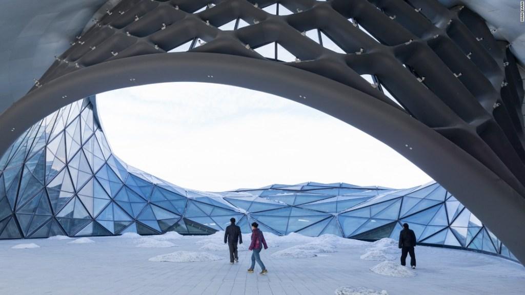 Los espacios al aire libre de la Casa de la Ópera de Harbin se sienten como extensiones del paisaje nevado circundante.