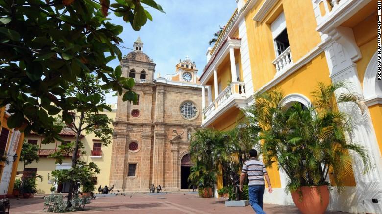 Cartagena, con su ciudad amurallada, es la ciudad más turística de Colombia y la que más visitantes extranjeros recibe.