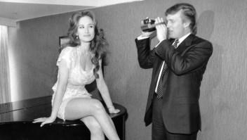 Donald Trump fotografía a una potencial chica Playboy en 1993.