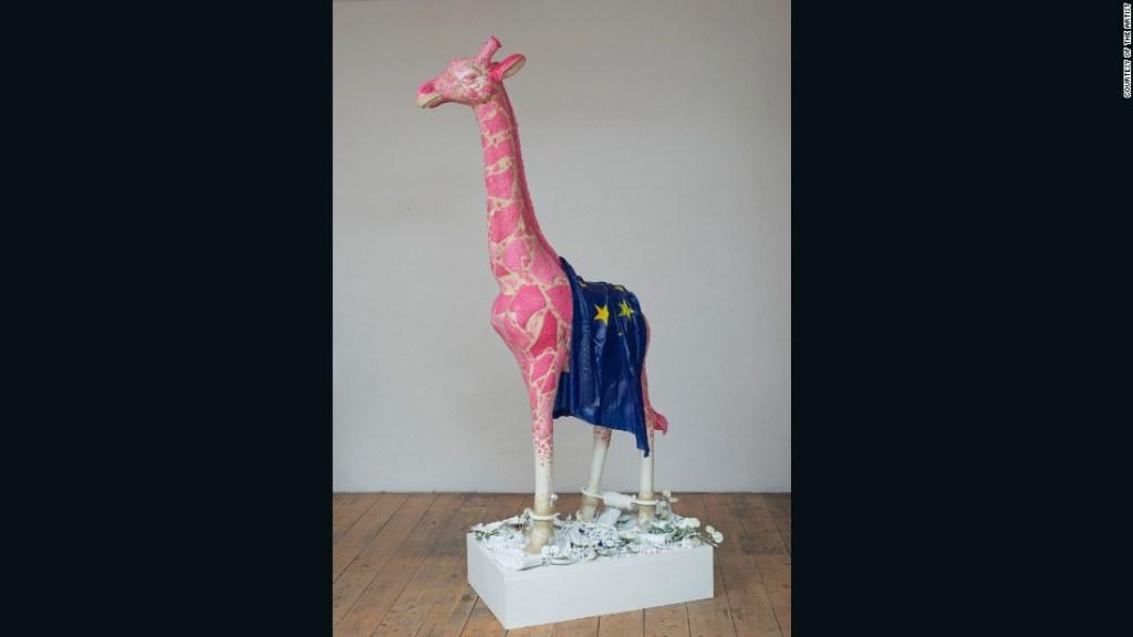 """""""Demasiado lejos del corazón"""" (2016) - Inspirado en un cuento africano, la jirafa de Savini satiriza la brecha entre agentes del poder de la Unión Europea en Bruselas y el resto de la población."""