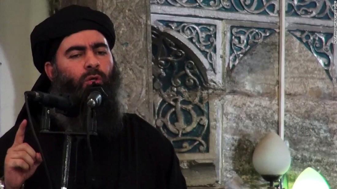 El líder de ISIS Abu Bakr al-Baghdadi dirigiéndose a los fieles en una mezquita en Mosul.