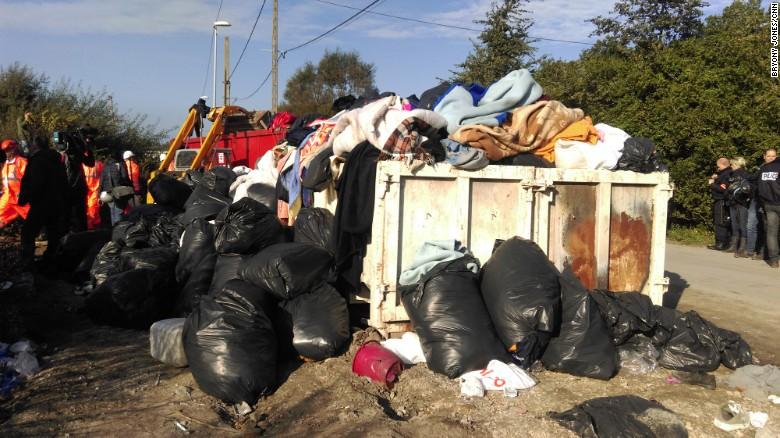 Mantas, colchones, almohadas de los inmigrantes fueron deshechos.