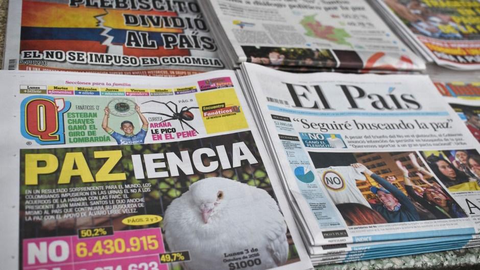 Las portadas de algunos periódicos colombianos tras el referéndum del domingo 2 de octubre de 2016. Crédito: LUIS ROBAYO/AFP/Getty Images