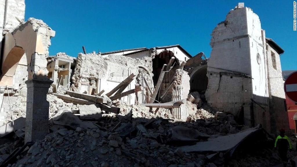 Así quedó la basílica de San Benedetto en Norcia, al centro de Italia, luego del terremoto 6,6 que sacudió el centro de Italia.
