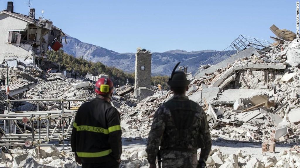 Un bombero y un soldado vigilan los escombros en Amatrice el domingo 30 de octubre luego de que un terremoto de magnitud 6,6 azotara el centro de Italia.