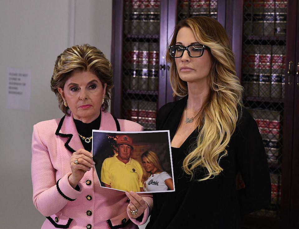 Gloria Allred, abogada de Jessica Drake (derecha), muestra una foto que, aseguraron, fue del día en que conoció a Donald Trump. Drake acusó al magnate de tocarla y sin su consentimiento. (Crédito: MARK RALSTON/AFP/Getty Images).