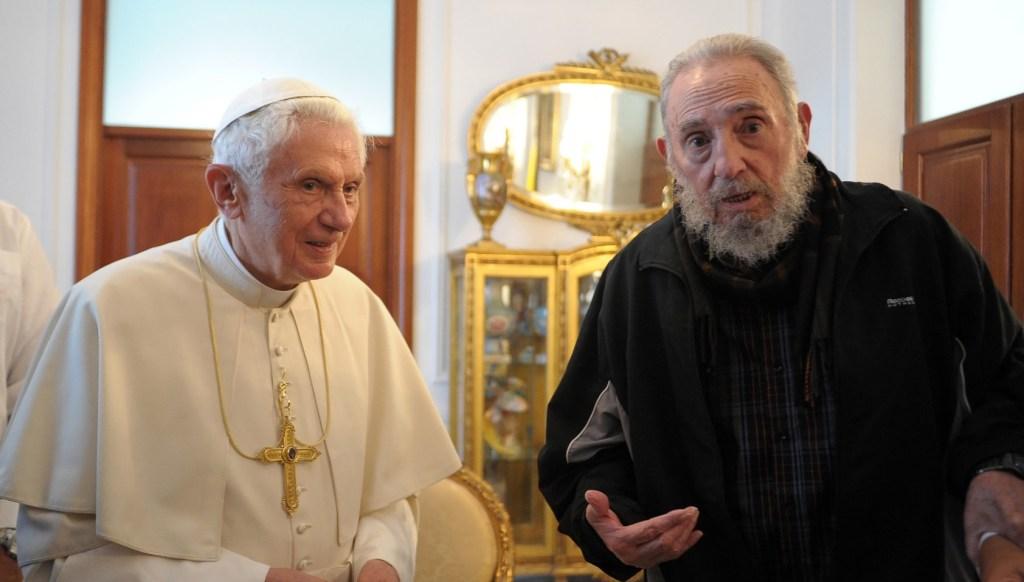 29 de marzo de 2012 | Fidel Castro junto al entonces papa, Benedicto XVI, durante su visita oficial a Cuba. (Crédito: L'Osservatore Romano Vatican-Pool/Getty Images)