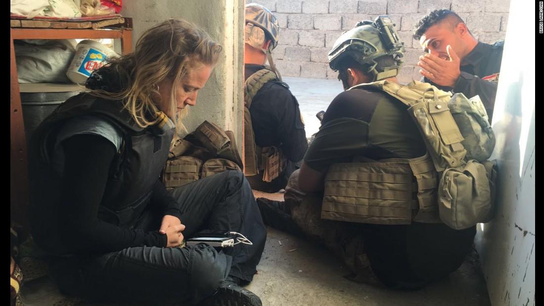 Arwa Damon, corresponsal senior internacional de CNN, con los soldados con los esperaba los refuerzos, el sábado a las 8:11 de la mañana.
