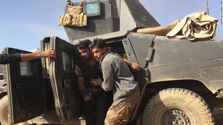 Un soldado herido es sacado de un Humvee blindado, tras regresar de la línea de combate.