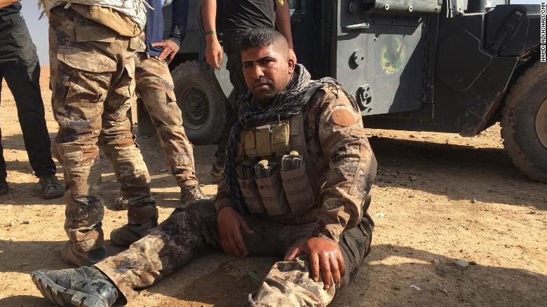Este soldado iraquí, que resultó herido, aseguró que un carro bomba suicida de ISIS explotó cerca de su Humvee.