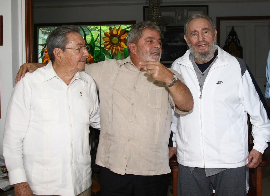 24 de febrero de 2010 | El expresidente Luiz Inacio Lula da Silva (centro) junto a Raúl Castro (izquierda) y Fidel Castro (derecha). (Crédito: RICARDO STUCKERT/AFP/Getty Images)