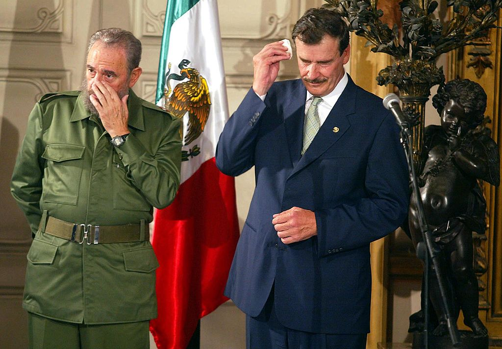 The president of cuba Fidel Castro (L) and the president of mexico Vicente Fox (R) start a ceremony in La Habana, and later meet the historian, Eusebio Leal, in La Habana Vieja, 03 February 2002. El presidente cubano Fidel Castro (I) y el presidente mexicano Vicente Fox (D) esperan que de inicio la ceremonia de condecoracion al historiador de la Ciudad de La Habana, Eusebio Leal, en La Habana Vieja, el 03 de febrero de 2002. Fox se encuentra en el pais en visita oficial de 24 horas. AFP PHOTO/Omar TORRES (Photo credit should read