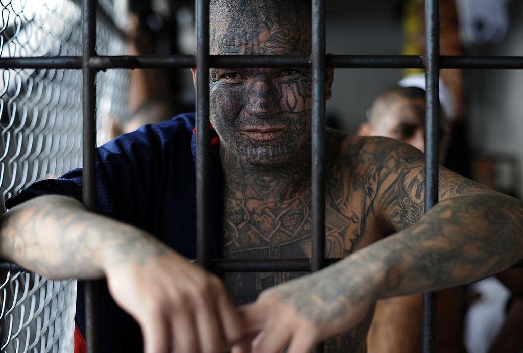 Un miembro de la pandilla Mara Salvatrucha posa en una prisión de Ciudad Barros, a 160 kilómetros al este de San Salvador, en 2012. (Crédito: Jose CABEZAS/AFP/GettyImages)