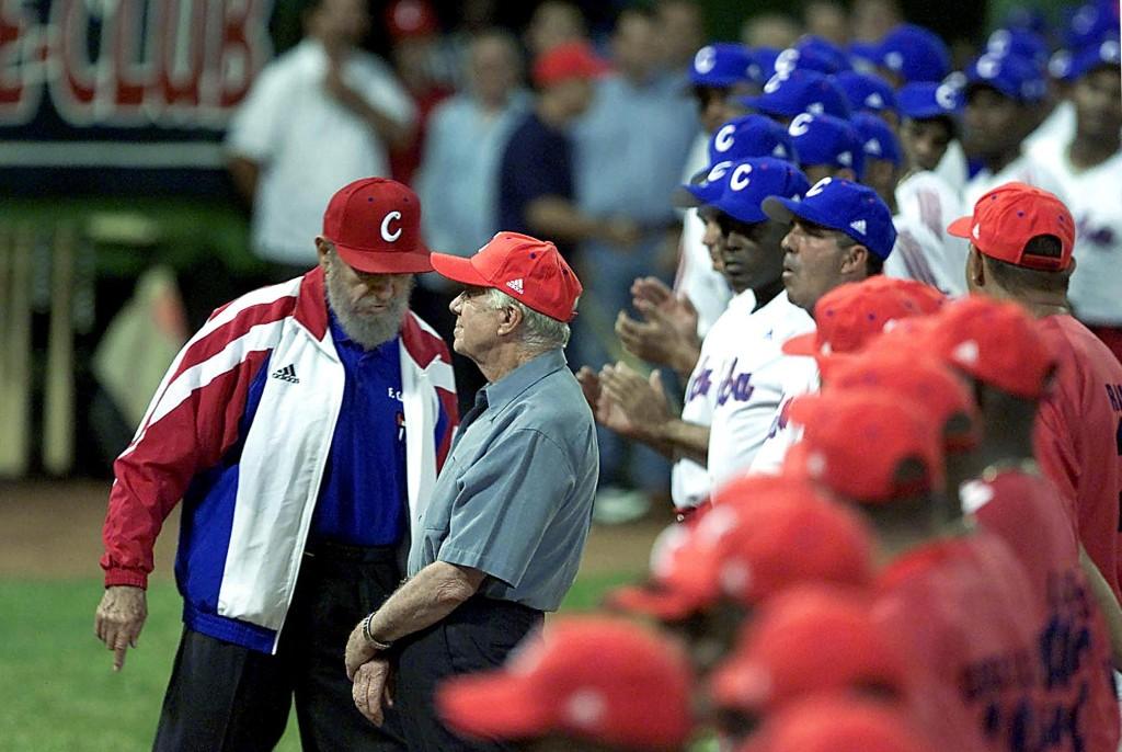 14 de mayo de 2002 | Fidel Castro (izquierda) y Jimmy Carter (derecha) durante un partido de béisbol en La Habana. (Crédito: ADALBERTO ROQUE/AFP/Getty Images)