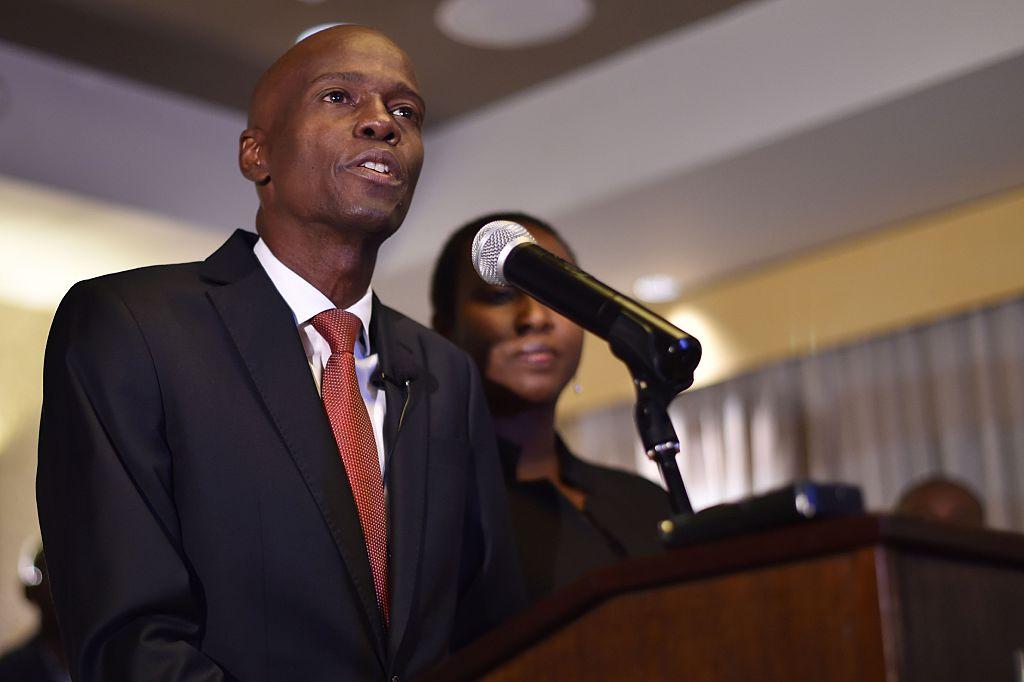 Jovenel Moïse, del partido PHTK, habla tras conocer que ganó las elecciones presidenciales del 20 de noviembre en Haití. Detrás suyo, el expresidente Michel Martelly. (Foto: HECTOR RETAMAL/AFP/Getty Images)