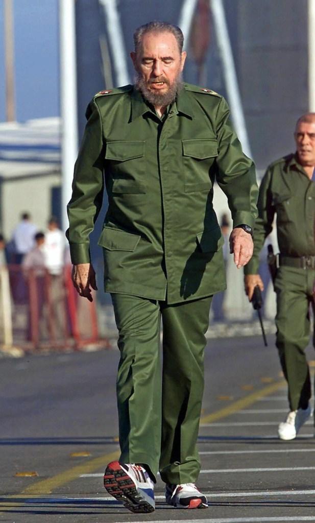 26 de julio de 2000 | El presidente Fidel Castro participa en una marcha antiimperialista en La Habana. (Crédito: ADALBERTO ROQUE/AFP/Getty Images)