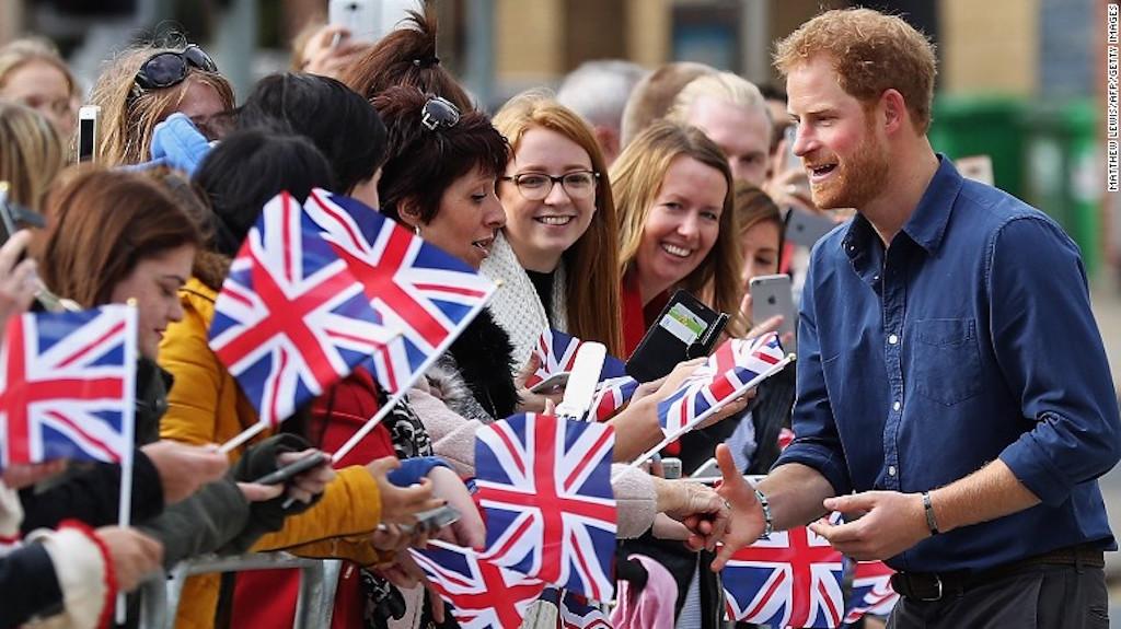 El príncipe Harry saluda al público en Nottingham, en octubre de 2016.
