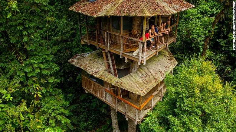 La comunidad sostenible de casas en los árboles Finca Bellavista está en una región de bosque tropical de Costa Rica. Tiene más de 40 casas que se conectan por puentes colgantes y tirolesas.