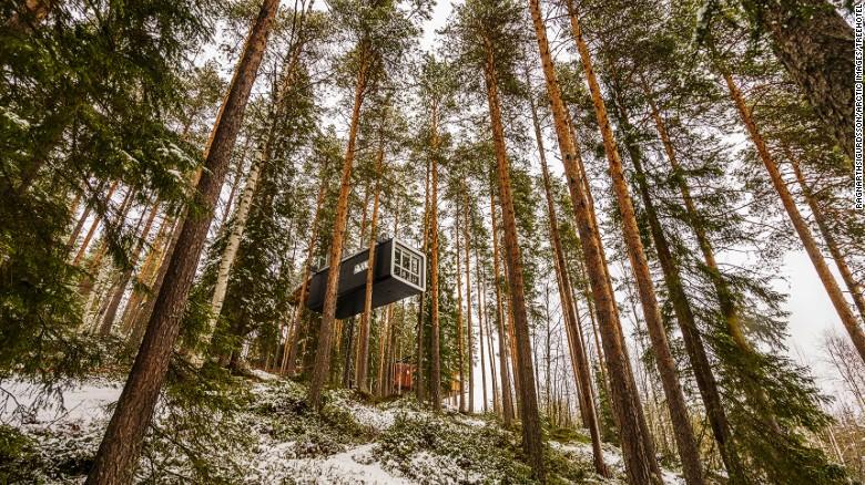 Esta casa en un árbol, prefabricada, se llama La Cabina y está en el norte de Suecia. Está tan alto que tiene una vista panorámica perfecta sobre la región.