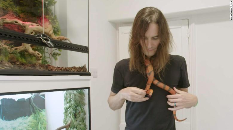 Steve Ludwin con una serpiente hondureña.