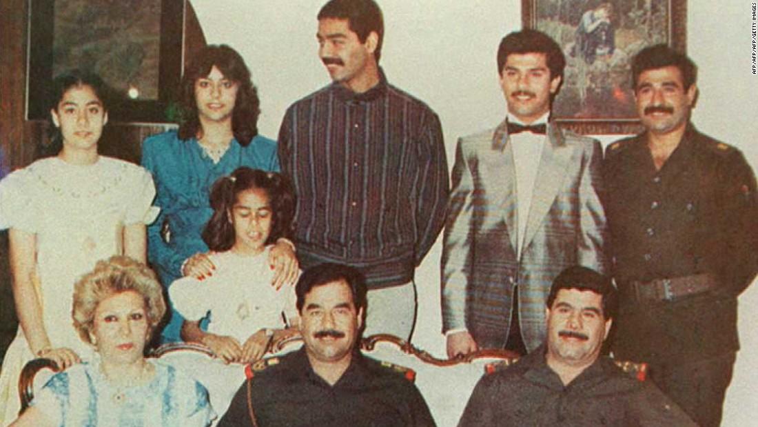 Saddam Hussein (en el centro, sentado) con su familia en una foto de la que no se tiene la fecha, en Bagdad (Iraq).