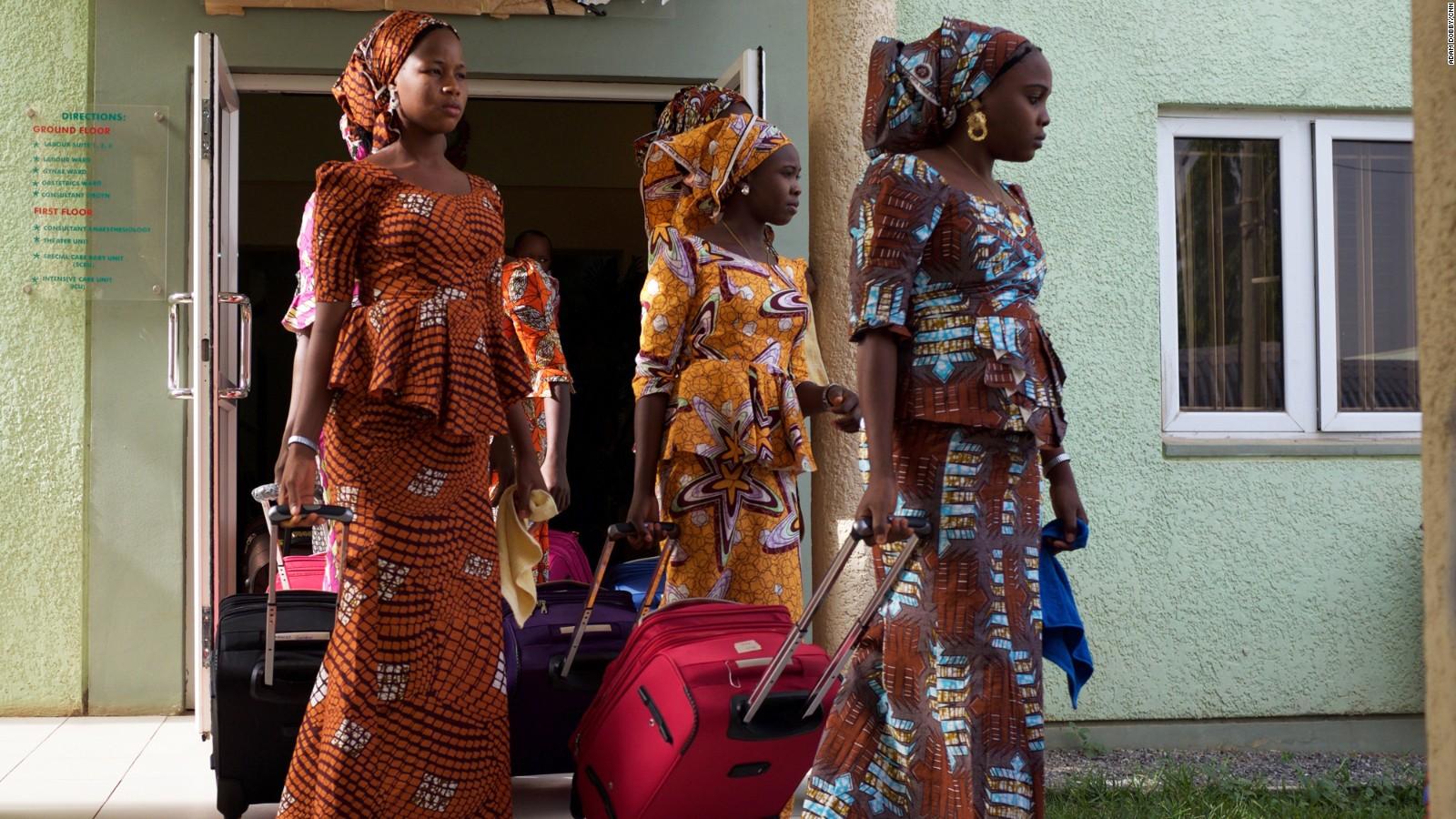 Las jóvenes dejan el hotel en Abuja para emprender el viaje que las llevará a Chibok.