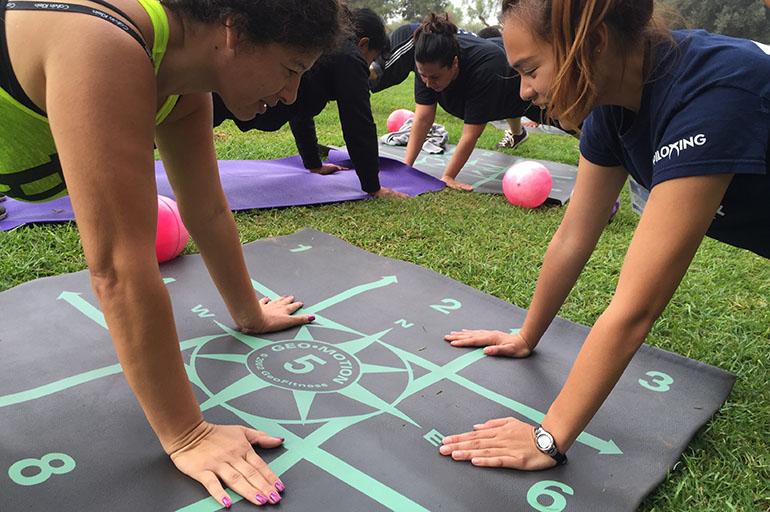 Estudiantes de Cal State Northridge guían a estas personas, en su mayoría latinas, para que hagan ejercicios para mejorar su salud. Algunos de estos hispanos tienen problemas crónicos como diabetes, alta presión sanguínea y más. (Crédito: Anna Gorman/KHN)