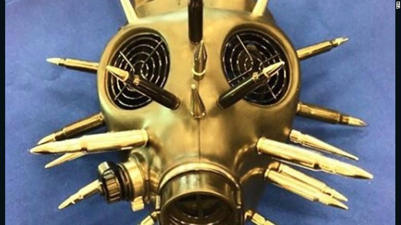 ¿Sabes que tienen máscaras de oxígeno en el avión, cierto? Así que probablemente estarás seguro dejando este objeto en tu casa.