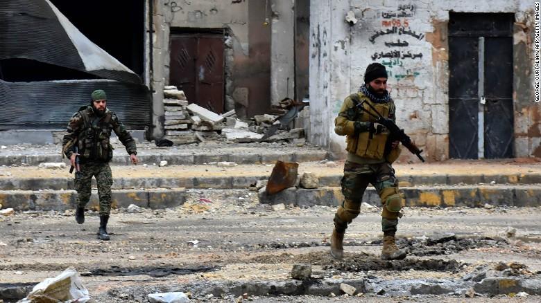 Las fuerzas del gobierno sirio avanzan durante una operación militar en Aleppo, en diciembre del 2016.