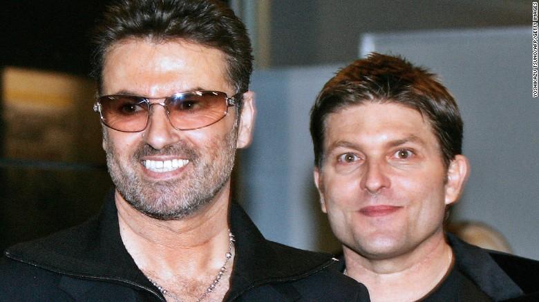 La estrella del pop George Michael (izquierda) con su novio de entonces Kenny Goss en 2005.