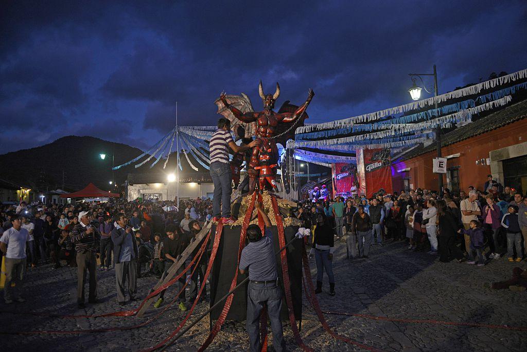 Una figura que  representa al diablo es preparada para ser quemada en Sacatepequez. (Crédito: Johan Ordóñez/AFP/Getty Images)