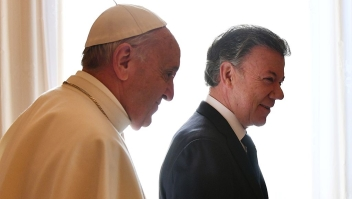 Pope Francis (R) greets Colombian president Juan Manuel Santos prior to a meeting, on January 16, 2016 at the Vatican. / AFP / POOL / VINCENZO PINTO (Photo credit should read VINCENZO PINTO/AFP/Getty Images)