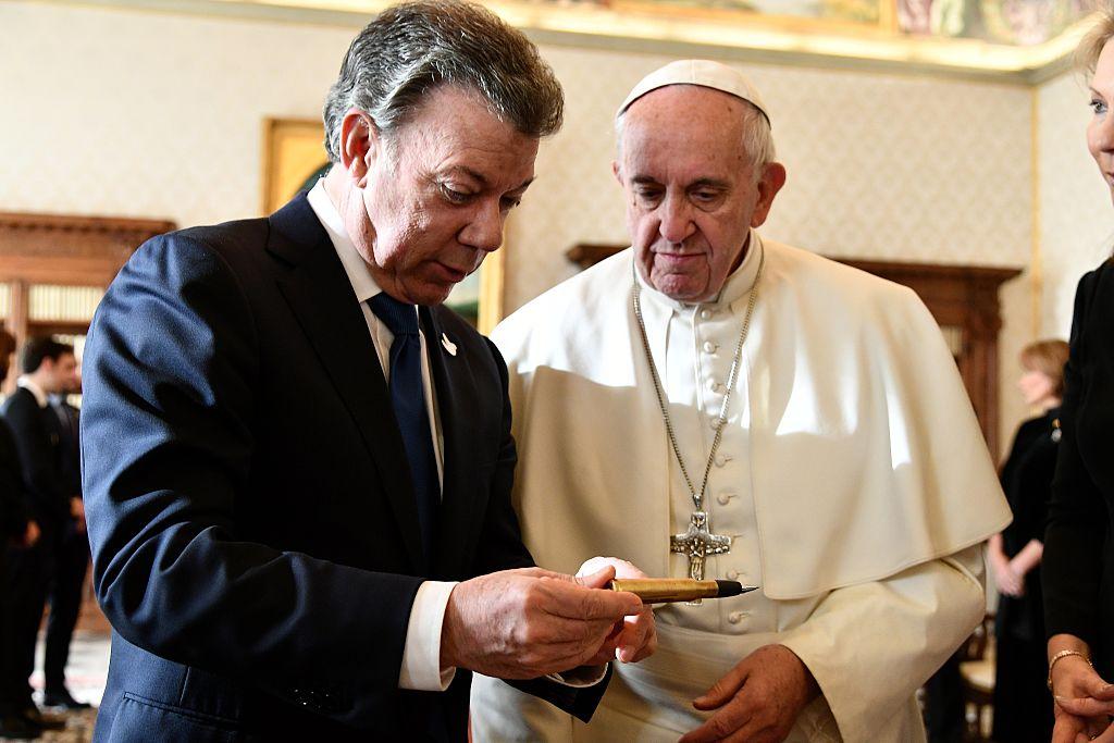 Santos le muestra al papa el 'balígrafo'. (VINCENZO PINTO/AFP/Getty Images)